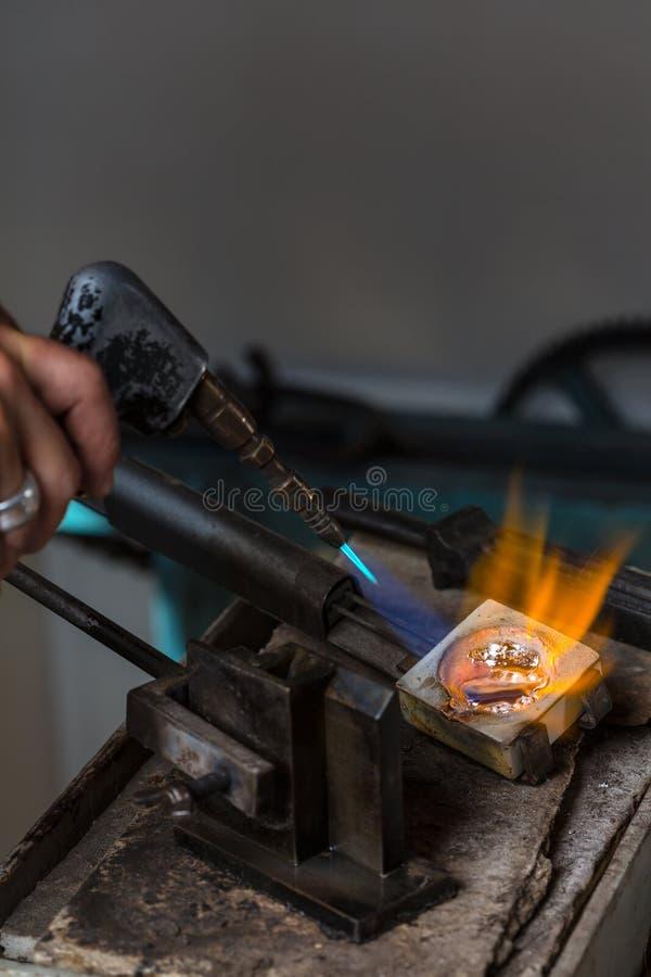 Grões de prata de derretimento no cadinho com maçarico fotos de stock royalty free