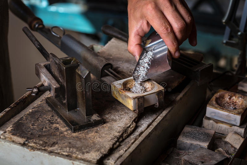 Grões de prata no cadinho imagem de stock