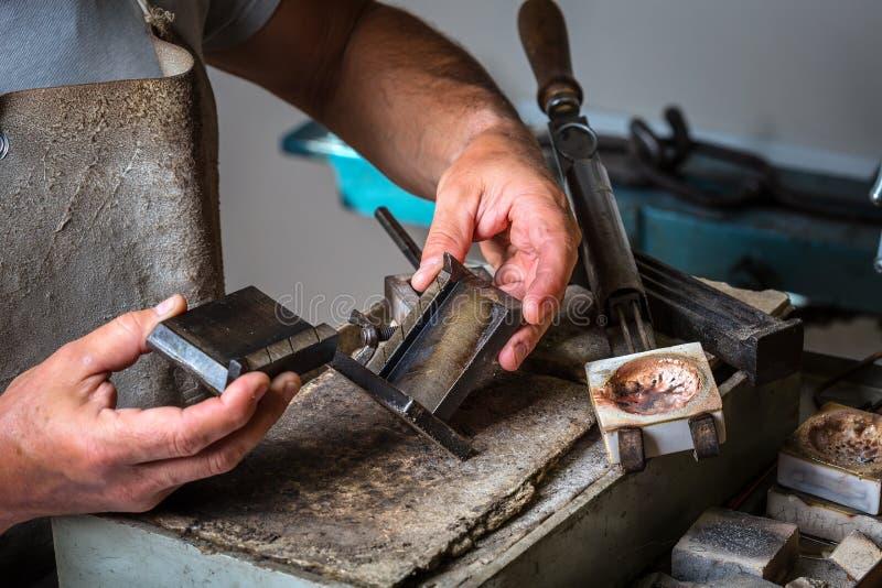 Grões de prata no cadinho em ourives Workshop foto de stock