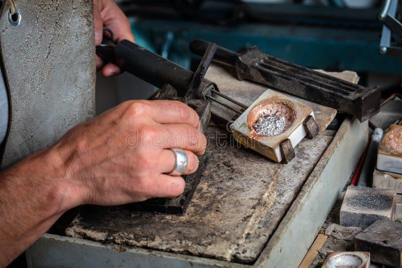 Grões de prata no cadinho em ourives Workshop foto de stock royalty free