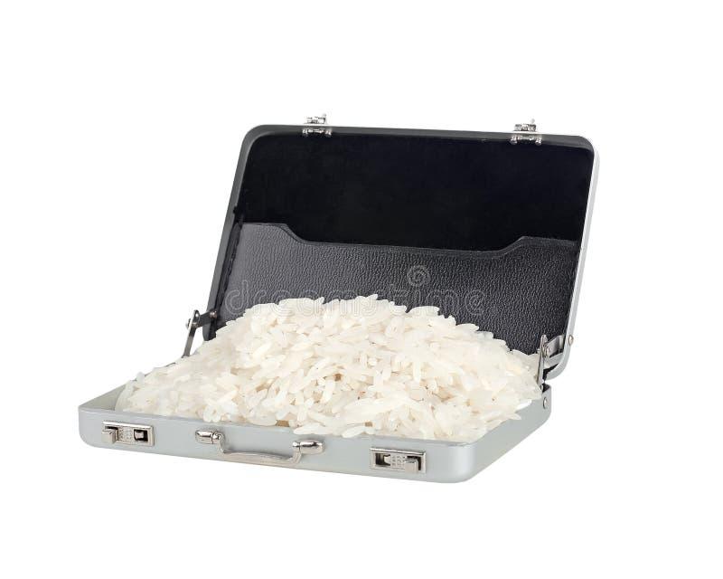 Grões do arroz em uma mala de viagem de alumínio foto de stock
