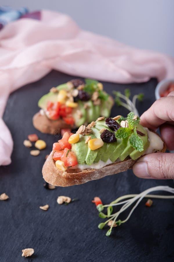 Grões do milho do tomate do abacate dos sanduíches foto de stock royalty free