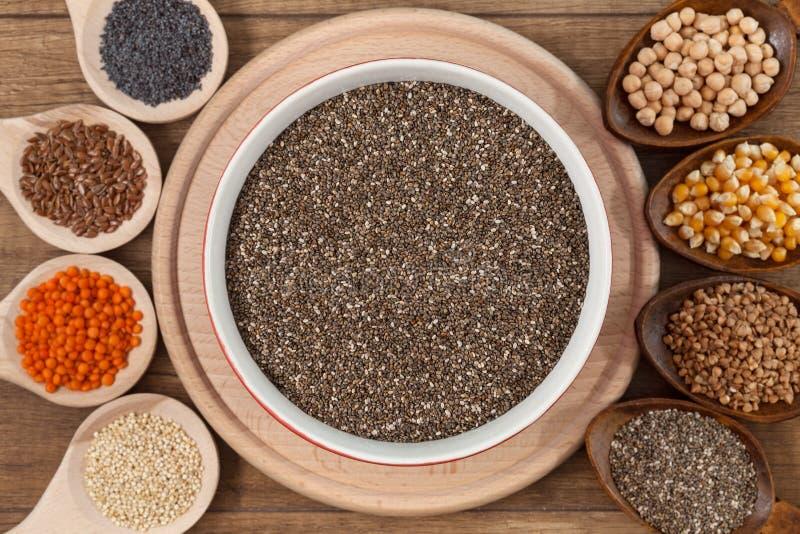 Grões e variedade das sementes - conceito saudável do alimento fotos de stock royalty free