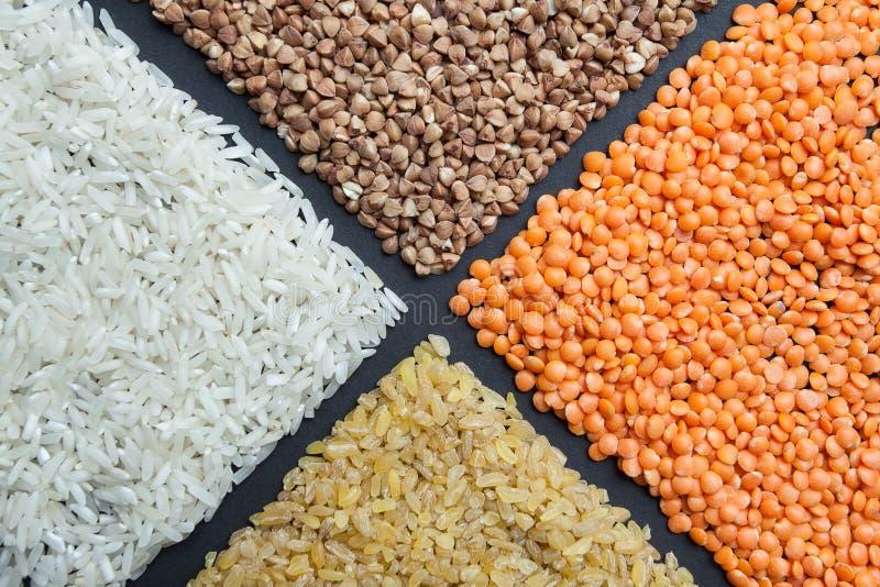 Grões orgânicas: arroz, lentilhas, bulgur e trigo mourisco Alimento dietético, fundo fotos de stock royalty free