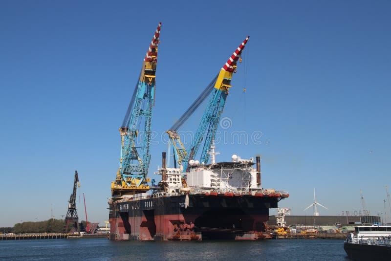 Größtes Kranschiff der Nr. 2 in der Welt mit zwei mal 7000 Tonne genanntes Saipem 7000 anhebend lizenzfreie stockfotos