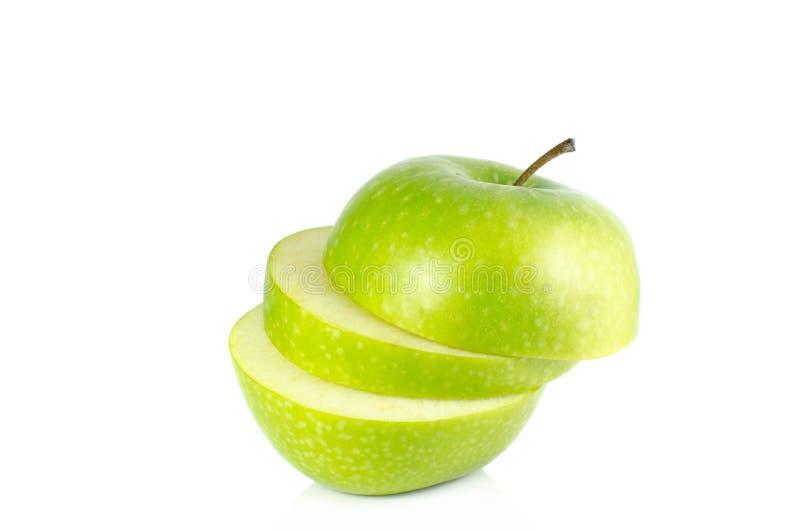 Grön äppleskivaisolat på vit bakgrund royaltyfri bild