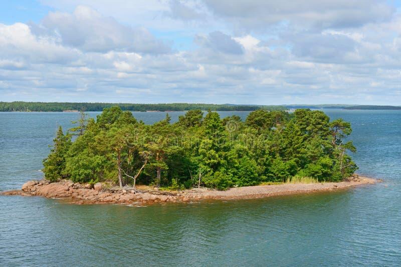 Grön ö i skärgården av de Aland öarna royaltyfri foto