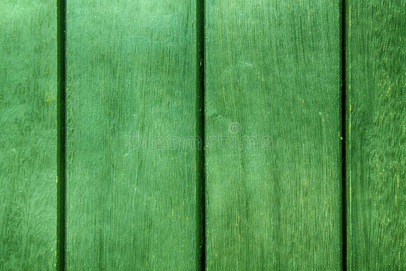 Grön abstrakt bakgrundstextur av träpryda med parallella plankor med mellanrum royaltyfri bild