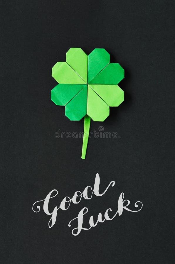 Grön bakgrund för papper för blad för origamitreklöverväxt av släktet Trifolium St Patrick royaltyfria foton