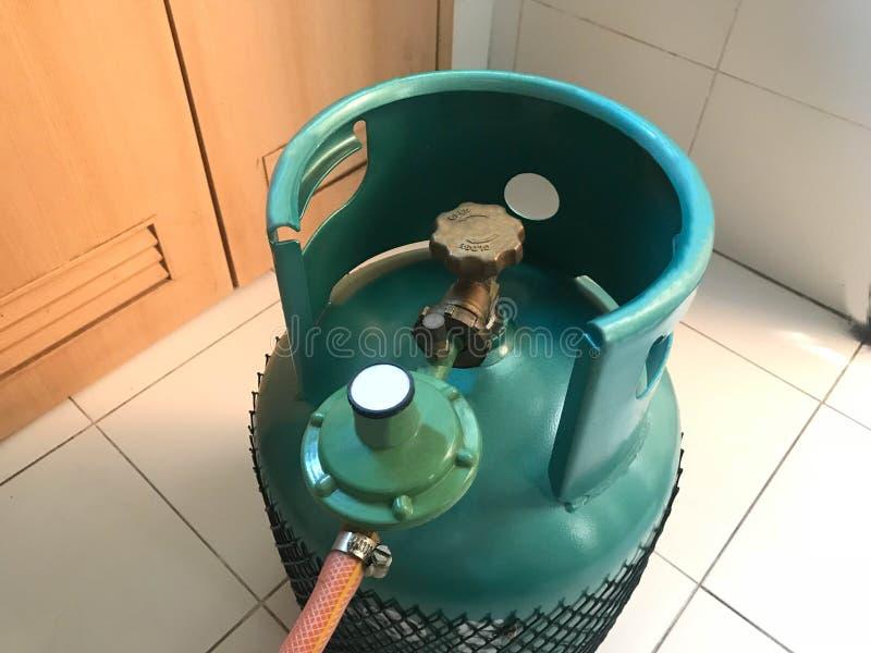 Grön behållare för LPG-matlagninggas eller propanbehållare med säkerhetsventilen och royaltyfria foton