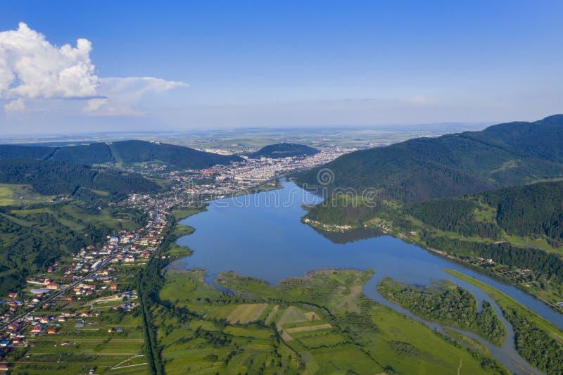 Grön bergdal i rumänska Carpathians royaltyfri fotografi