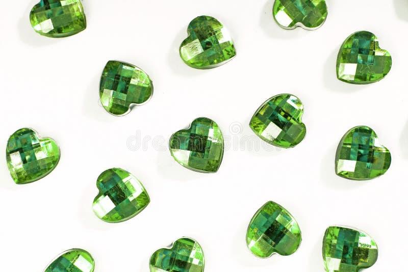 Grön bergkristallbakgrund Hjärtaformtextur som det vita studiofotoet för bakgrund Bling bergkristallkristall royaltyfria bilder