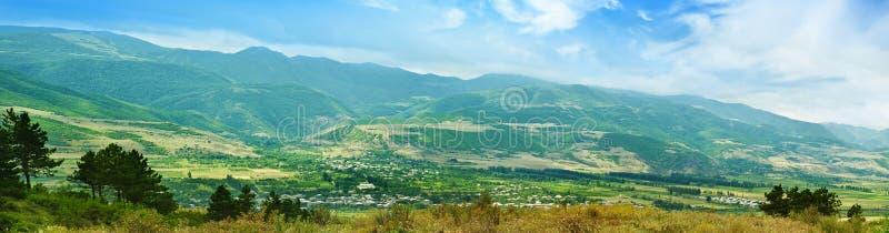 Grön bergpanorama fotografering för bildbyråer