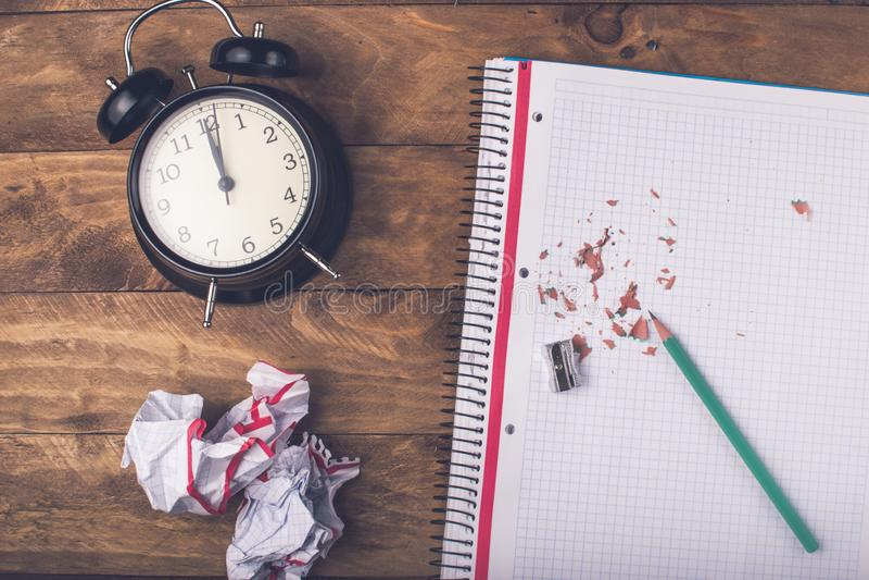 Grön blyertspenna, begreppstid att vara idérikt arkivfoton