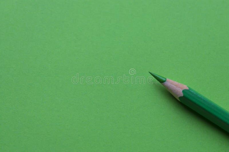 Grön blyertspenna på dokument med olika förslag arkivfoto