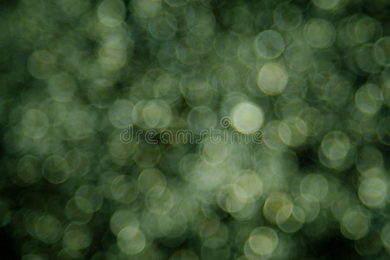Grön bokehbakgrund som skapas av neonljus arkivbild