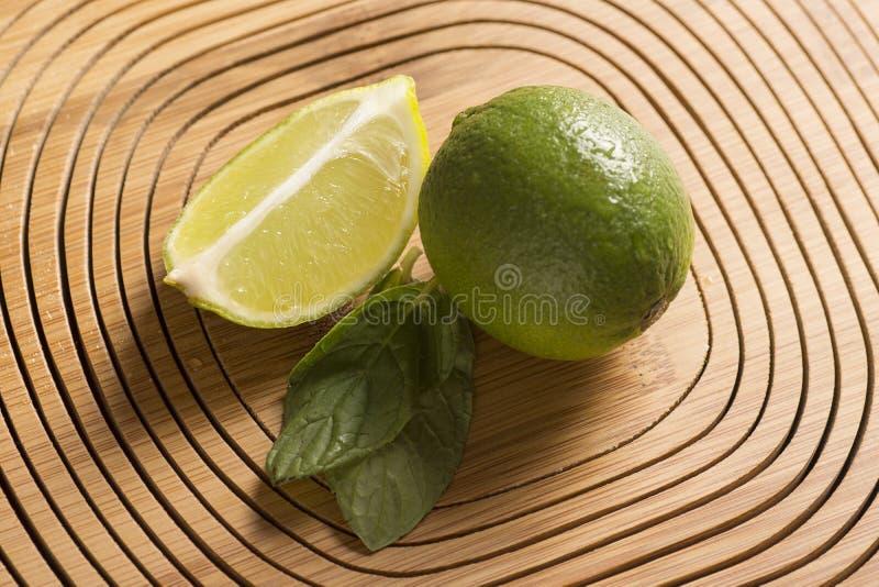 Grön citron och mintkaramell på träbakgrund arkivfoto