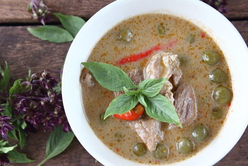 Grön curry med griskött i kokosnöt mjölkar thai mat royaltyfri bild