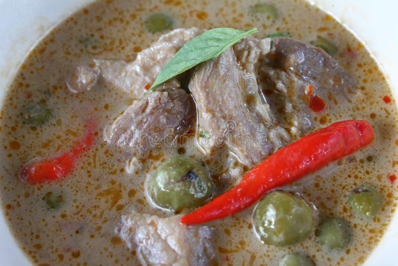 Grön curry med griskött i kokosnöt mjölkar thai mat royaltyfria foton