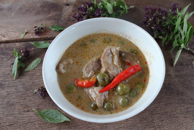 Grön curry med griskött i kokosnöt mjölkar thai mat arkivfoton