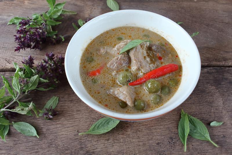 Grön curry med griskött i kokosnöt mjölkar thai mat arkivbilder