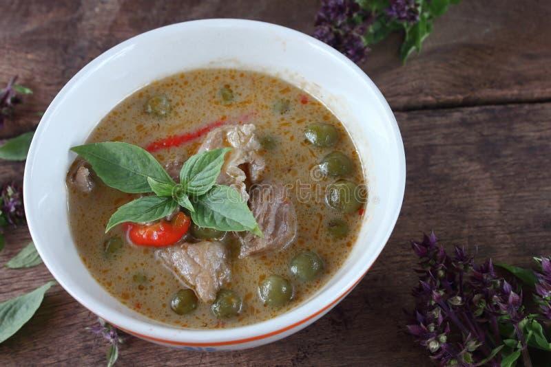 Grön curry med griskött i kokosnöt mjölkar thai mat royaltyfri fotografi