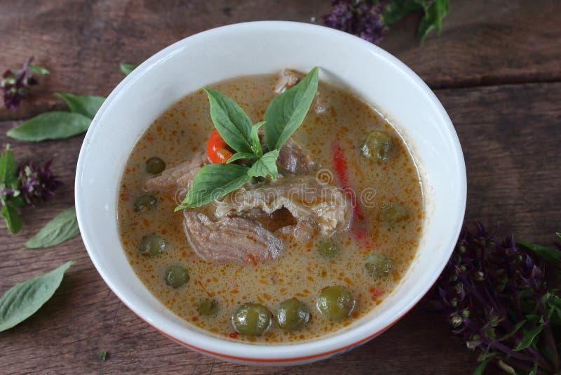 Grön curry med griskött i kokosnöt mjölkar thai mat arkivbild