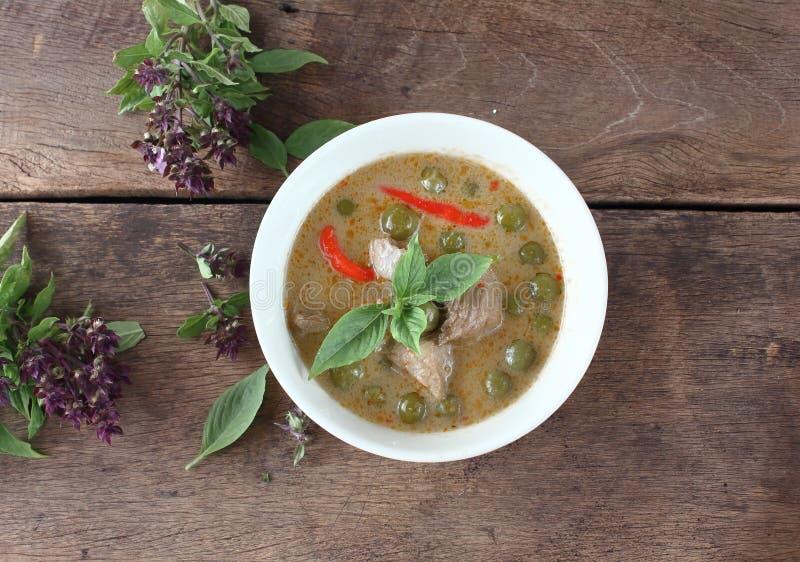 Grön curry med griskött i kokosnöt mjölkar thai mat royaltyfri foto