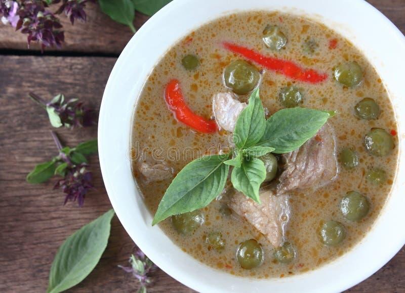 Grön curry med griskött i kokosnöt mjölkar thai mat fotografering för bildbyråer