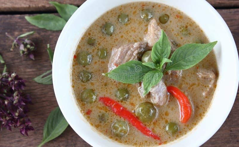 Grön curry med griskött i kokosnöt mjölkar thai mat arkivfoto