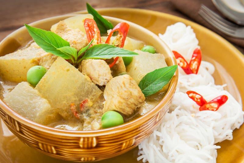 Grön curryhöna med vaxkalebassen och nudlar, thailändsk mat royaltyfri foto