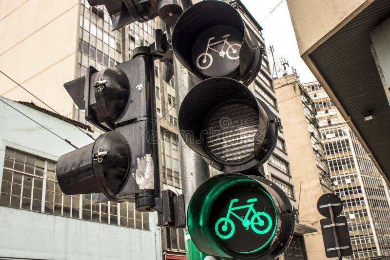 Grön cykelsemafor arkivbild