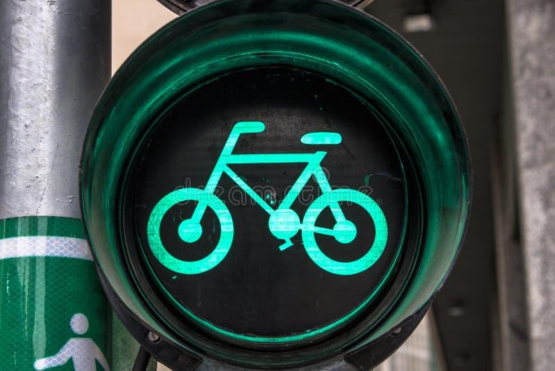 Grön cykelsemafor royaltyfria bilder