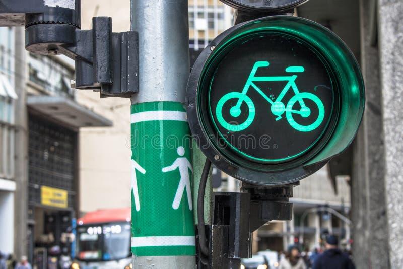 Grön cykelsemafor arkivfoto