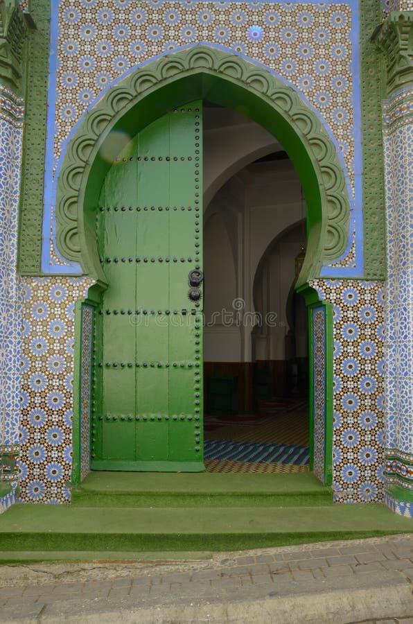 Grön dörr av moskén royaltyfria foton