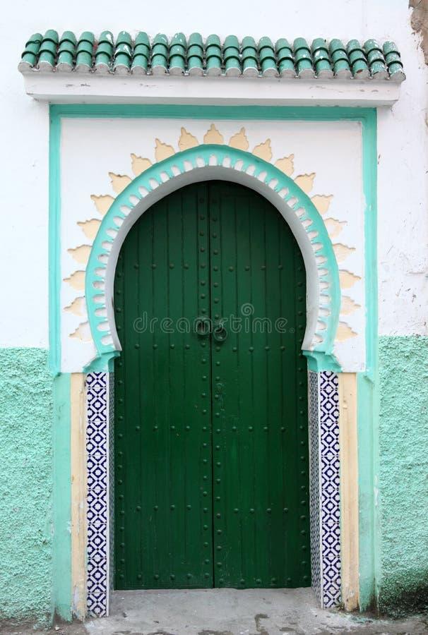 Grön dörr i Tangier, Marocko royaltyfri bild