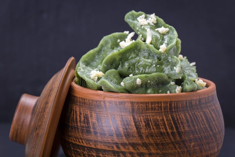 Grön dim sum, kinesisk mat Klimpar med nötköttkött eller mosad potatisar eller keso i degen med spirulina arkivbilder