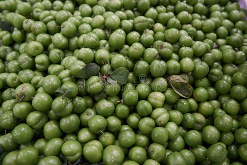 Grön för fruktmat för körsbärsröd plommon bakgrund, bästa sikt royaltyfria bilder