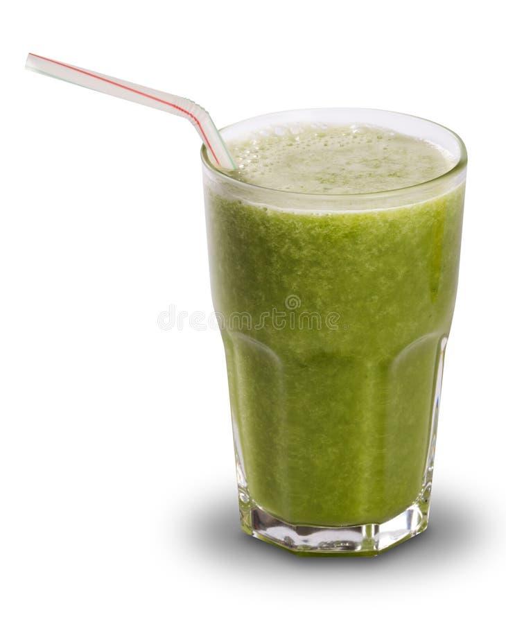 Grön fruktsaft i ett exponeringsglas med sugrör som isoleras på en vit backgroun arkivfoto