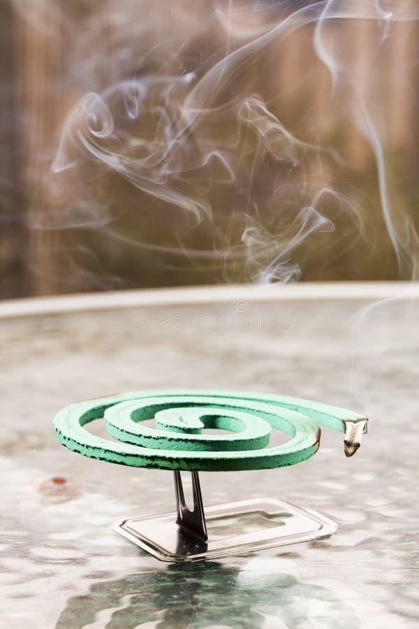 Grön fumigator över den glass tabellen arkivbild