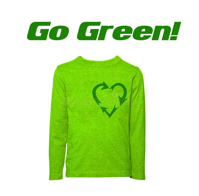 Grön går den isolerade formade tröjan för återvinningtecknet hjärta royaltyfria bilder