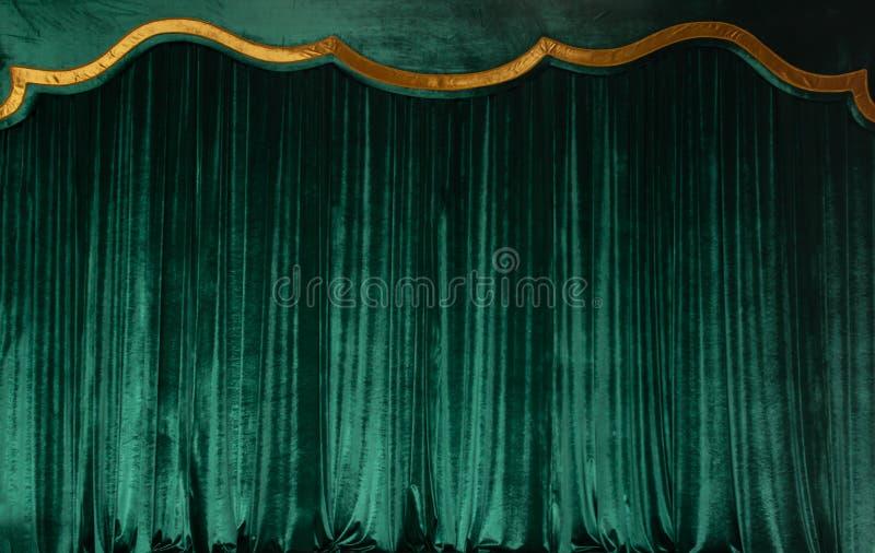 Grön gardin av lyxig sammet på teateretappen kopiera avstånd Begreppet av musik och scenisk konst arkivbilder