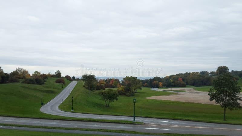 Grön gräsmatta, stad parkerar, hösten, Quebec, Kanada arkivbilder