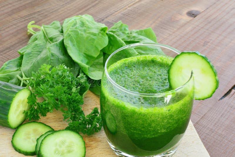 Grön grönsakfruktsaft och nya grönsaker arkivbild