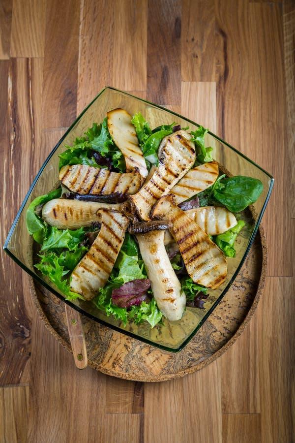 Grön grönsaksallad med grillade konungostronchampinjoner arkivfoton