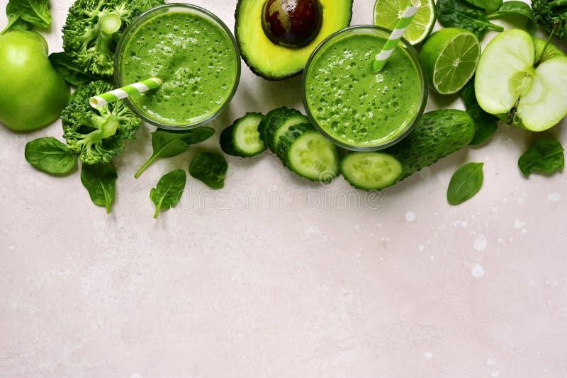 Grön grönsaksmoothie i exponeringsglas Bästa sikt med kopieringsutrymme arkivbilder