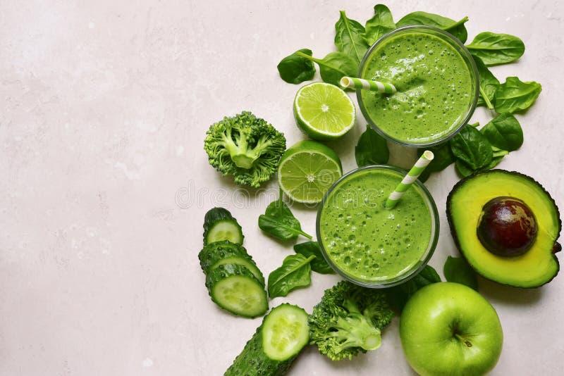 Grön grönsaksmoothie i exponeringsglas Bästa sikt med kopieringsutrymme royaltyfria bilder