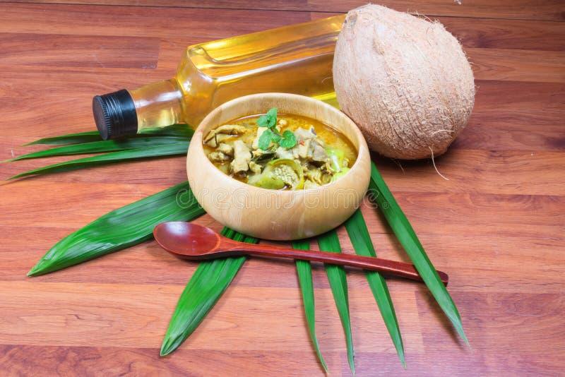 Grön grisköttcurry och kokosnöt, thailändsk kokkonst arkivbild