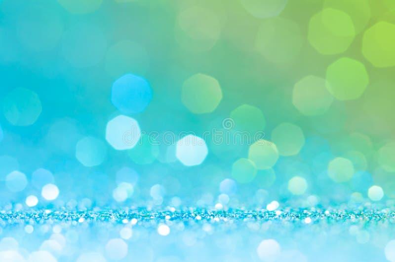 Grön, gul vit bokeh, abstrakt ljus bakgrund för cirkel, blåa glänsande ljus som mousserar blänka julljus Suddig abstra royaltyfri fotografi