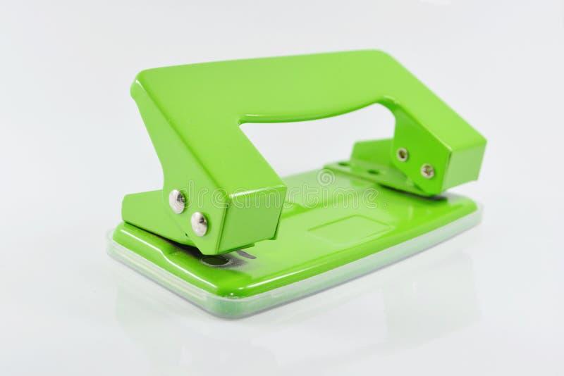 Grön hålpuncher som isoleras på vit bakgrund arkivfoto
